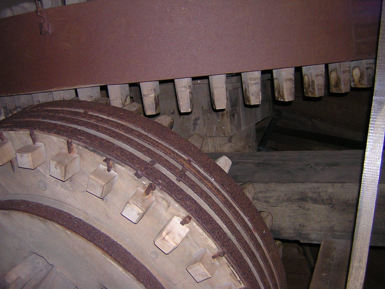 Zahnräder übertragen die Kraft von den Windmühlenflügeln auf den Bunkler