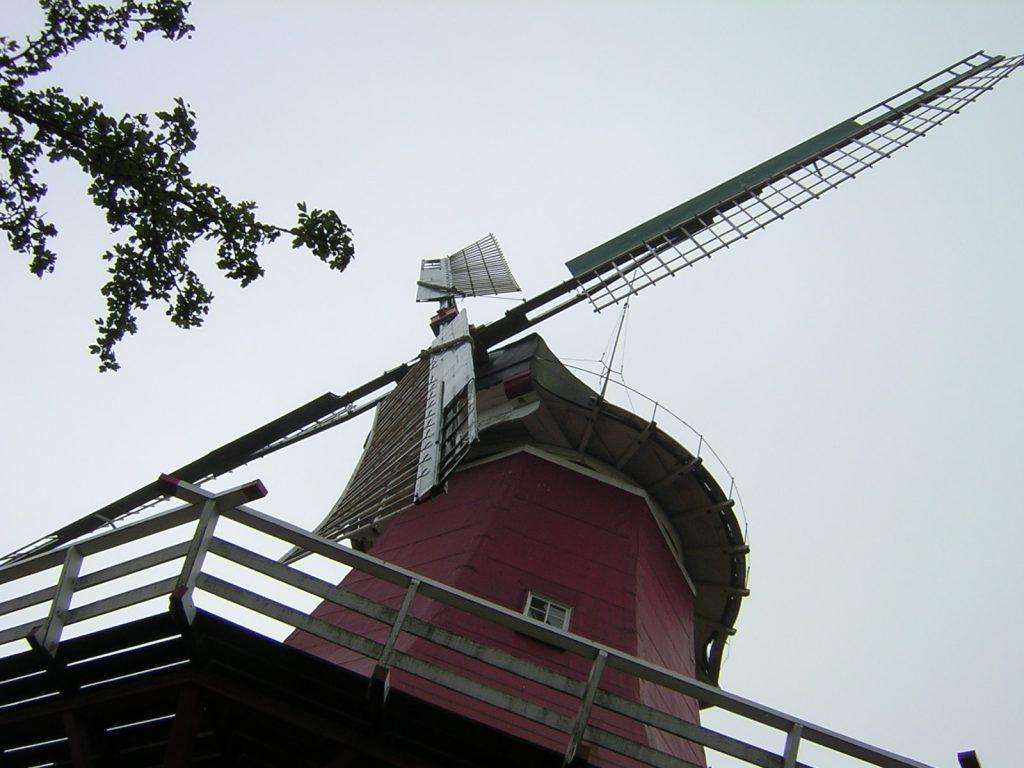 Die Mühlenflügel müssen den Wind einfangen, um Kraft zu übertragen