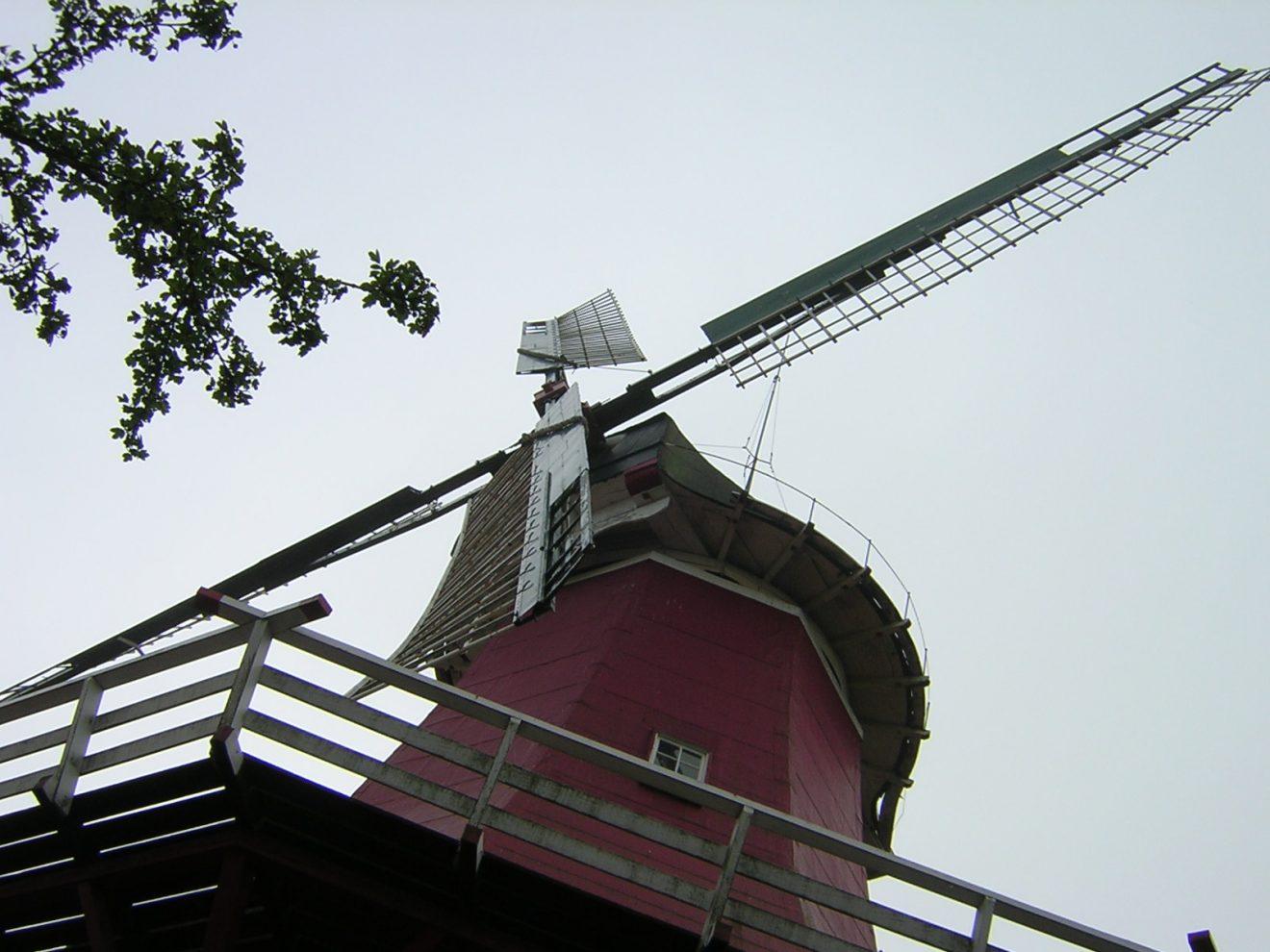 Die Windmühlenflügel, von unten gesehen