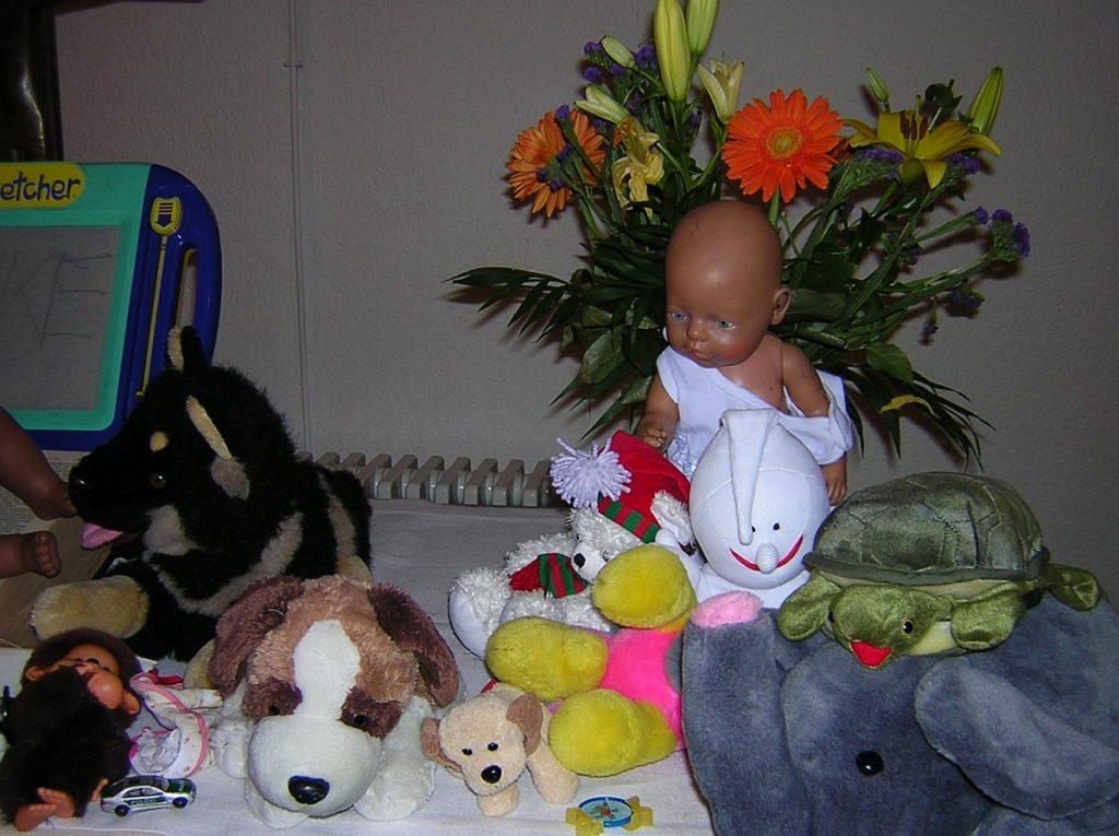 Puppen, Kuscheltiere und andere Spielsachen auf dem Altar der Pauluskirche