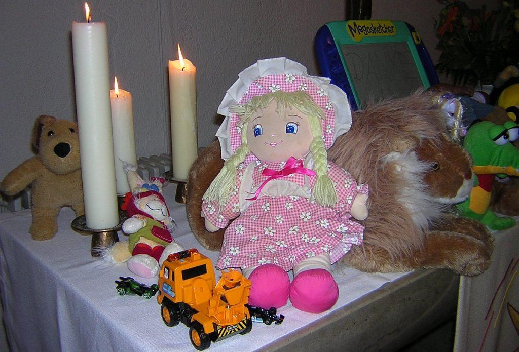 Lieblingsspielzeug der Kita-Kinder auf dem Altar der Pauluskirche - Puppe, Teddy, Lastwagen, Zeichenbrett usw.