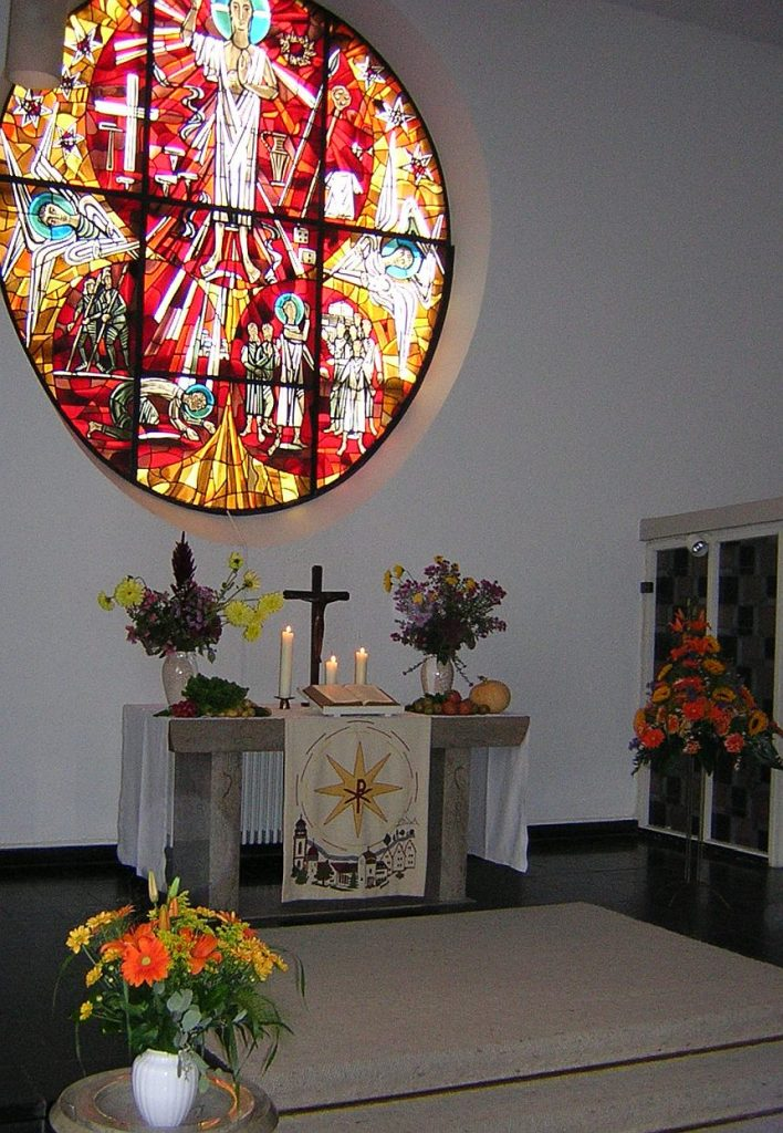 Erntedankaltar in der evangelischen Pauluskirche vor dem farbigen Paulusfenster
