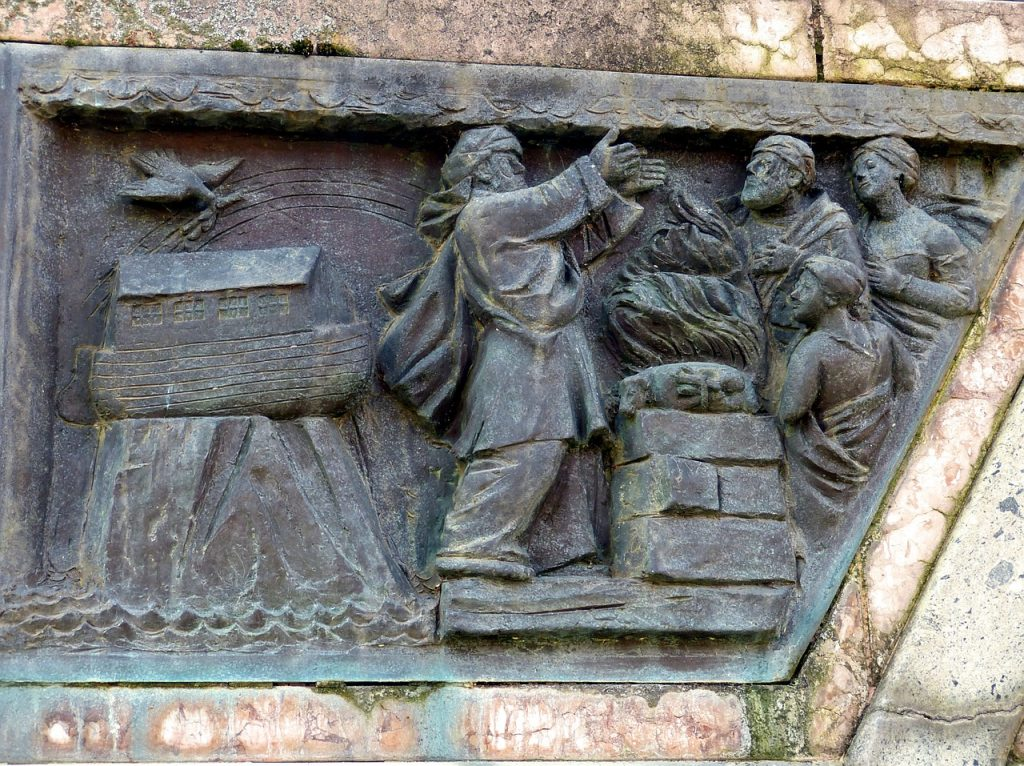 Relief an einer Hauswand in der Altstadt von Hildesheim: Noah und seine Familie opfern für Gott; im Hintergrund die Arche auf dem Berg Ararat mit der Friedenstaube