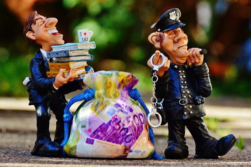 Zwei Figuren, die Steuerhinterziehung und ihre Verfolgung symbolisieren