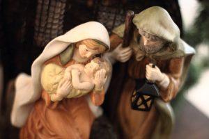 Maria mit dem Jesuskind und Josef, der die beiden von der Seite anschaut