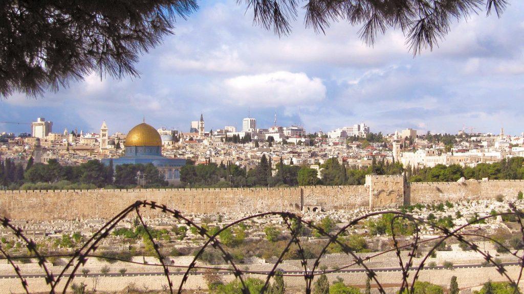 Jerusalem mit dem Felsendom hinter Stacheldraht