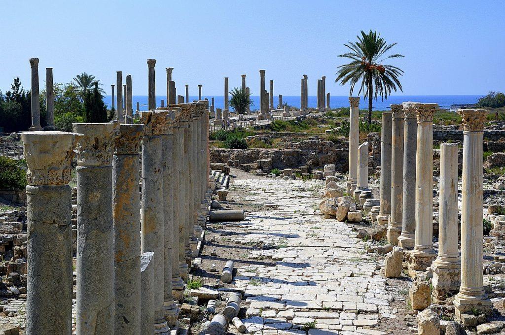 Ruinen einer Säulenhalle der antiken Stadt Tyrus - hat hier der Pardieskönig residiert, von dem der Prophet Hesekiel spricht?