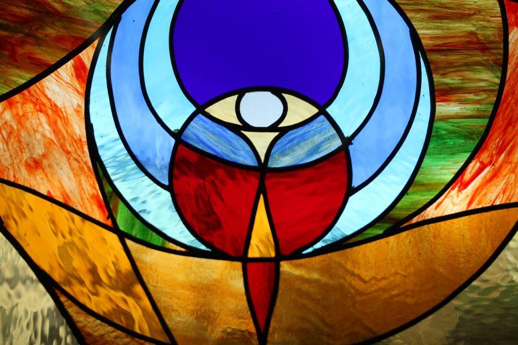 Durchscheinende stilisierte Figur in einem Kirchen- oder Tiffany-Fenster