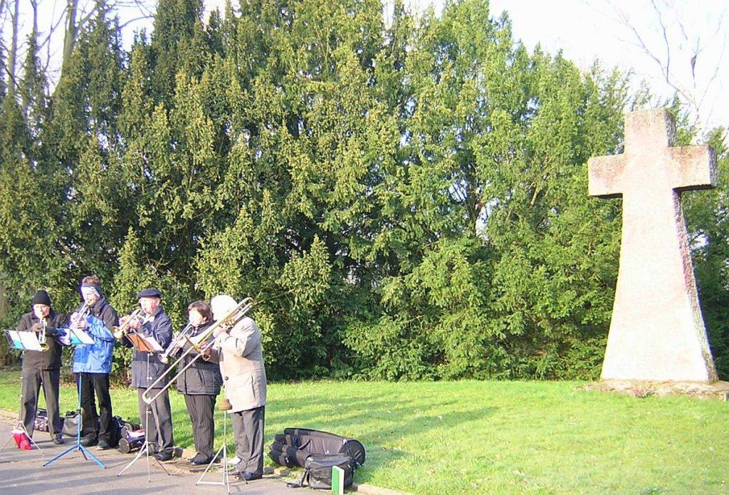 Bläserkreis bei der Osterandacht 2007 am Steinkreuz des Gießener Friedhofs