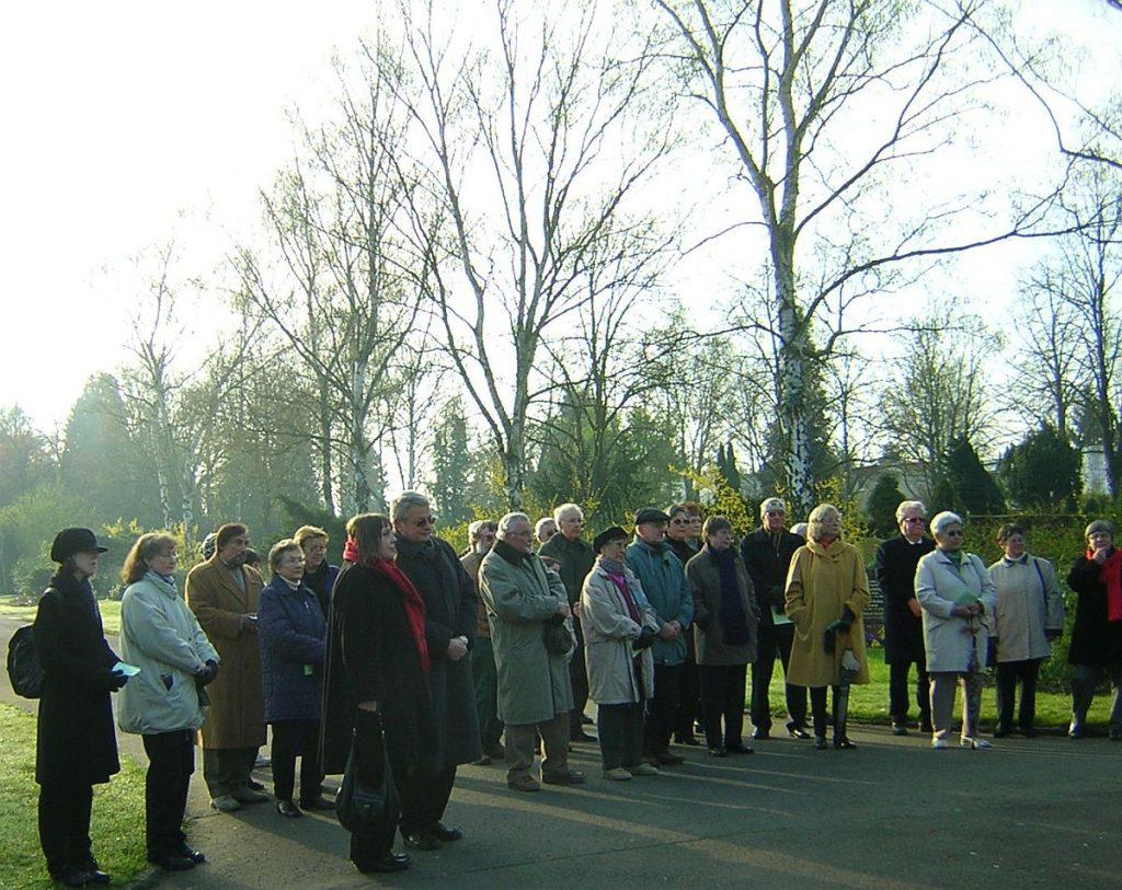 Teilnehmende an der Osterandacht 2007 am Steinkreuz des Gießener Friedhofs