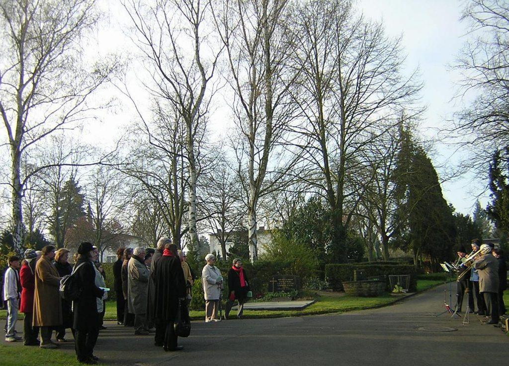 Teilnehmende und Bläserkreis bei der Osterandacht 2007 am Steinkreuz des Gießener Friedhofs