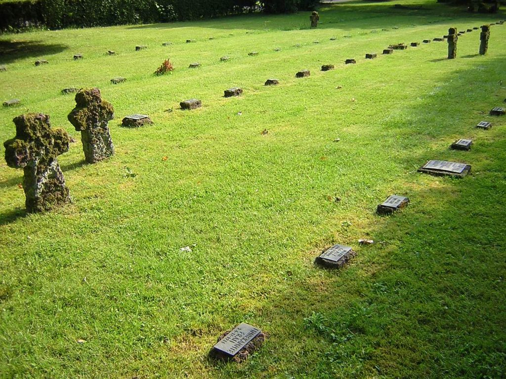 Gräberfeld mit einzelnen Kreuzen und vielen kleinen Namenstafeln