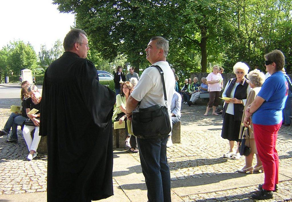 Gespräche vor dem Beginn des Gottesdienstes unterwegs