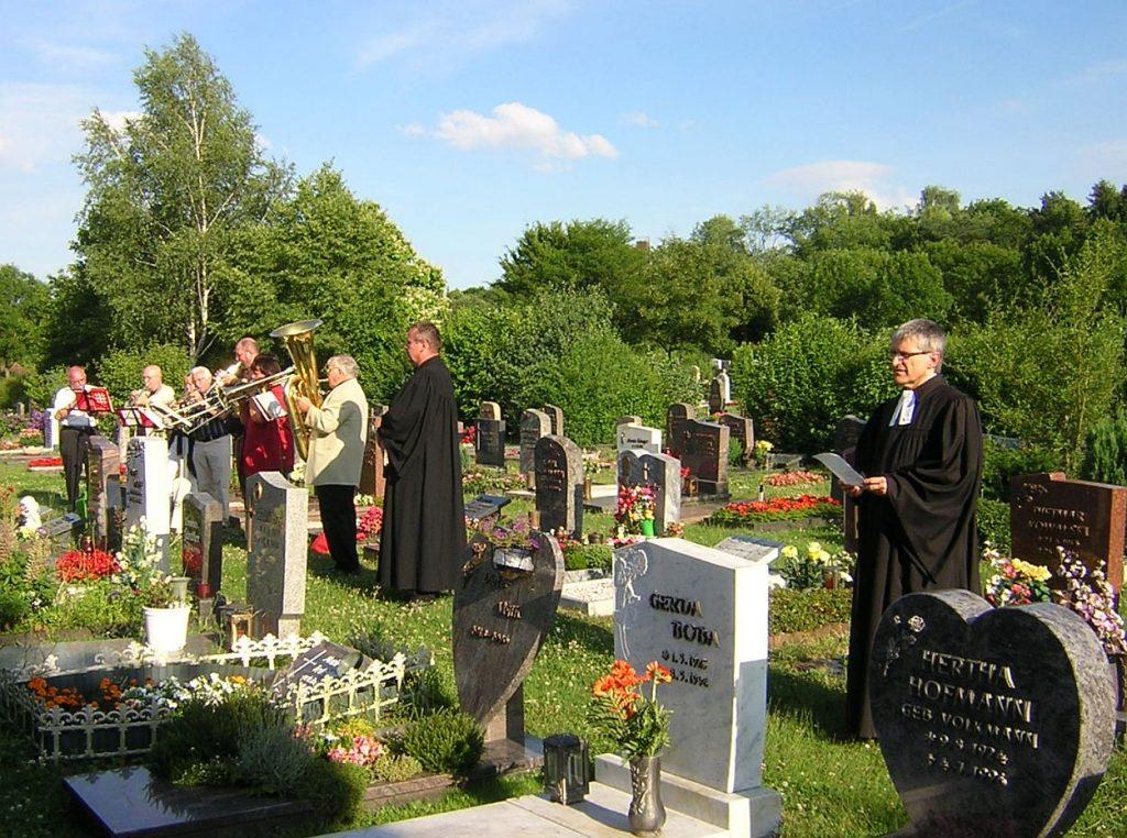 Pfarrer Helmut Schütz und der Bläserkreis an der letzten Station