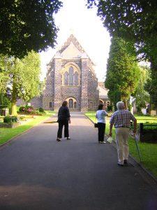 Rückkehr an der Friedhofskapelle vorbei