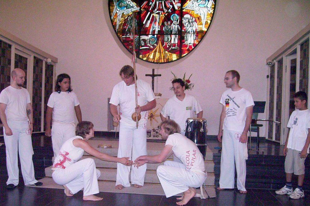 Capoeira-Vorführung: In der Roda (im Kreis) begrüßen sich eine Capoeira-Kämpferin und ein -Kämpfer