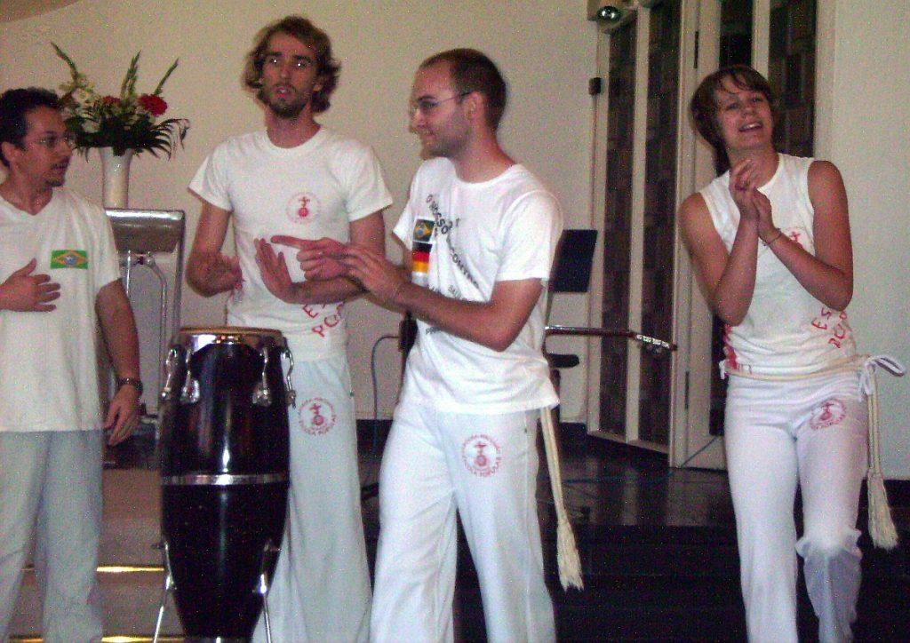 Einige Capoeirista, die Musik machen und klatschen