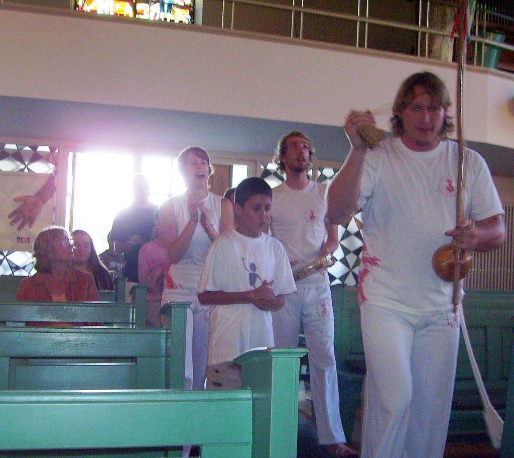 Einzug der Escola Popular in die Pauluskirche mit dem Lied Sai sai Catharina