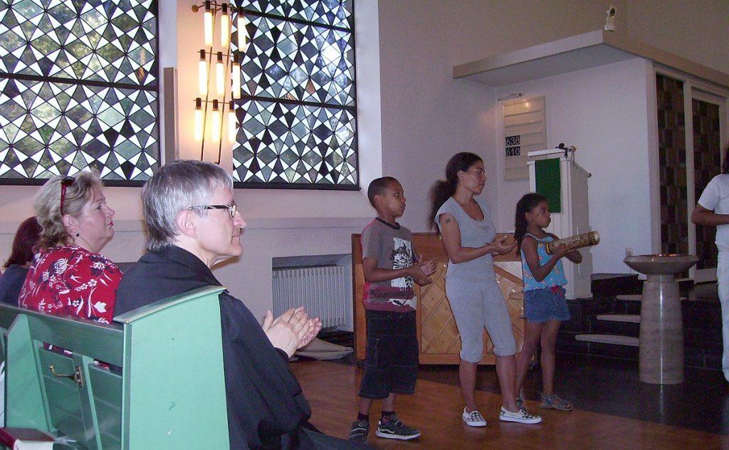 Pfarrer Schütz und andere Mitwirkende am Gottesdienst