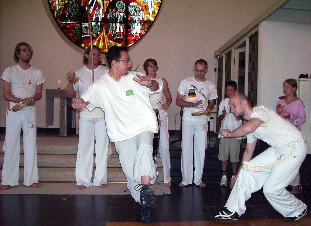 Capoeira-Vorführung: Zwei Männer spielen Capoeira