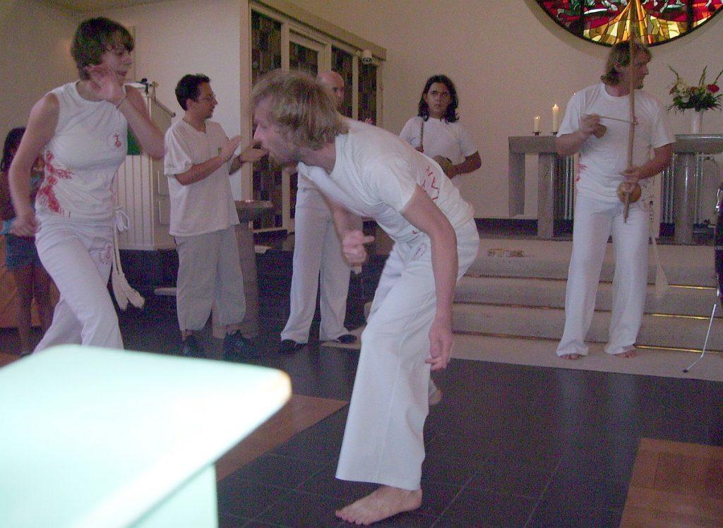 Capoeira-Vorführung: Eine Frau und ein Mann spielen Capoeira