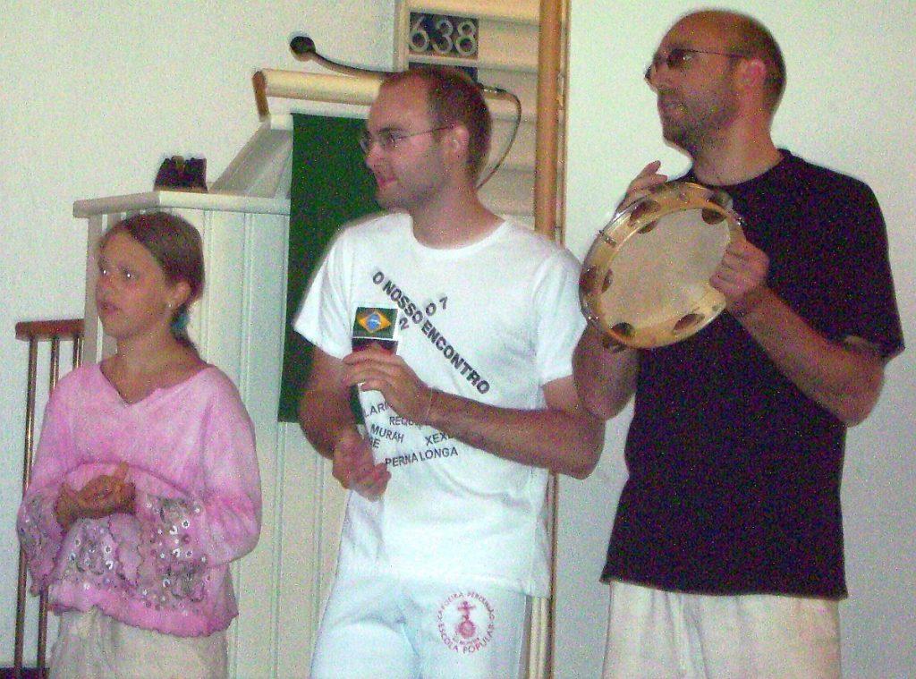 Im Außenkreis der Capoeira-Roda klatschen und musizieren andere Capoeirista
