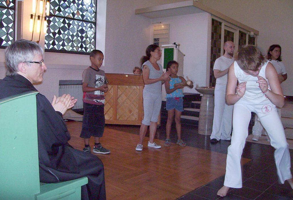 Pfarrer Schütz klatscht zur Vorführung der Capoeirista