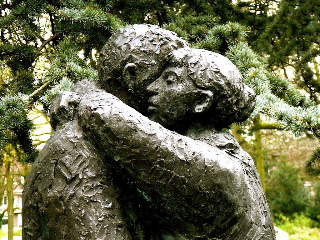 Statue zweier Menschen, die einander umarmen - erfahren sie Vergebung?
