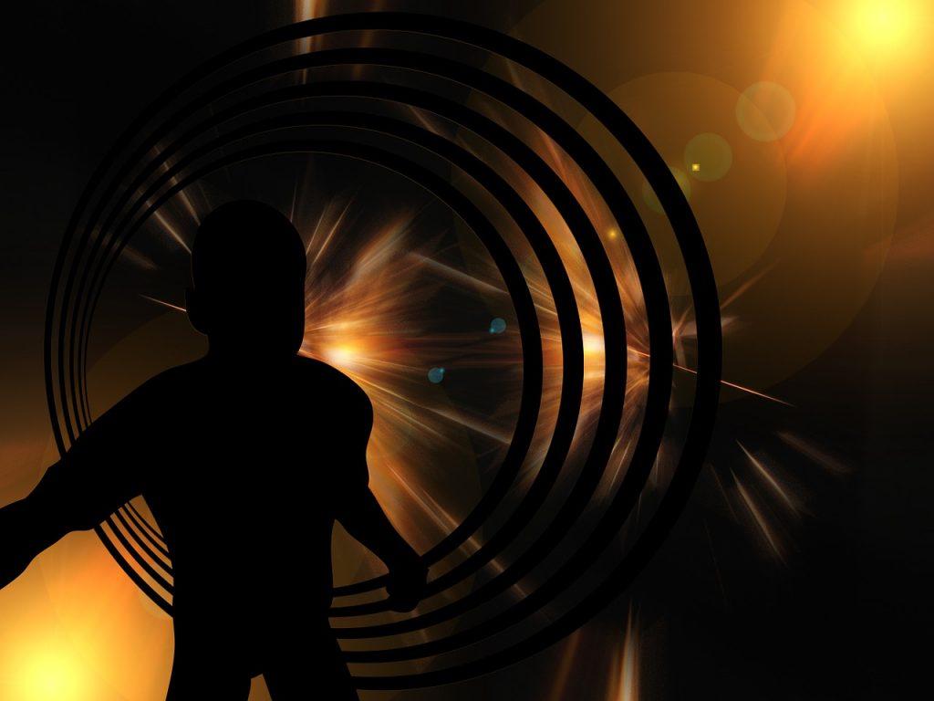 Eine dunkle Gestalt, von Kreisen umgehen, steht in einem geheimnisvollen Licht