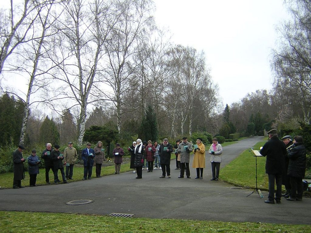 Teilnehmende an der Osterandacht 2008 auf dem Gießener Friedhof