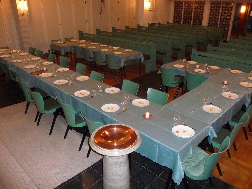 Gedeckte Tische für das Tischabendmahl mit anschließendem Grüne-Soße-Essen