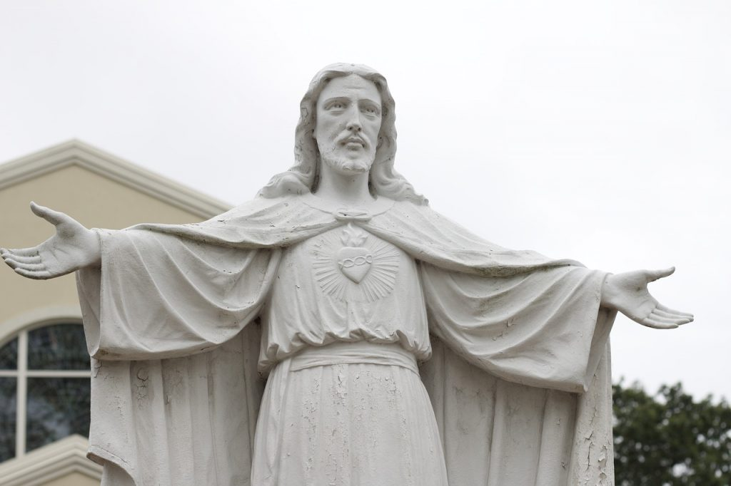 Statue von Jesus mit ausgebreiteten Armen