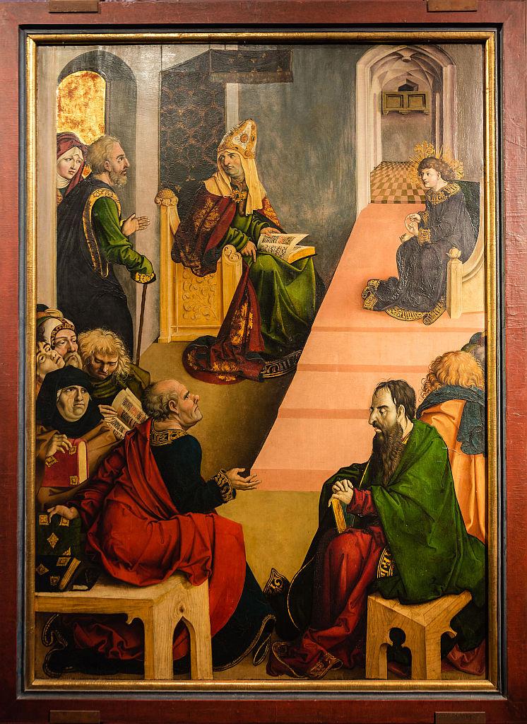 Jesus sitzt auf einer Art Podest, ihm gegenüber die Schriftgelehrten, teils einander zugewandt, Josef und Maria kommen durch die Tür