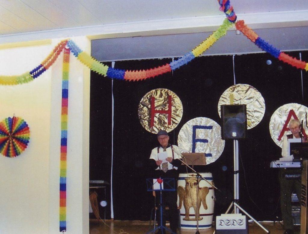 """Pfarrer Helmut Schütz präsentiert bei der Albertusfastnacht 2009 als Pieter Dohlen die neue Show DSDS """"Deutschland sucht den Supergott"""""""