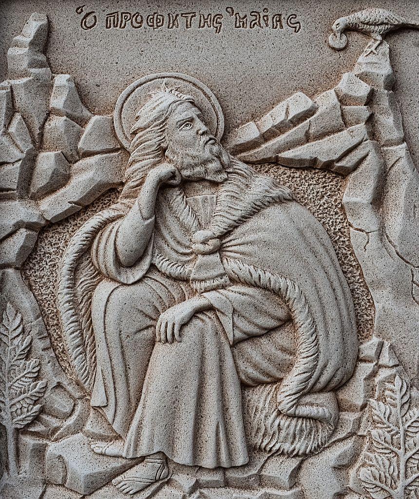 Eingearbeitet und herausgefordert: Ein Relief-Bild des Propheten Elia, der am Bach Krit von einem Raben versorgt wird.