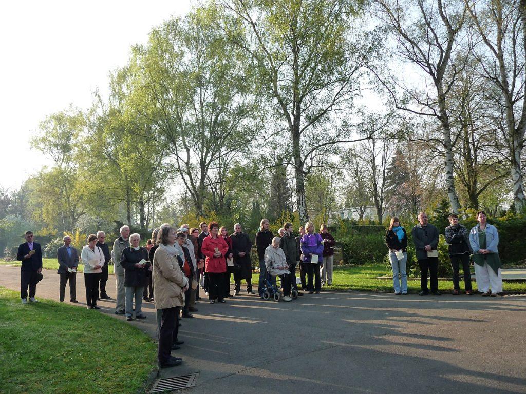 Teilnehmende an der Osterandacht 2009 auf dem Neuen Friedhof Gießen