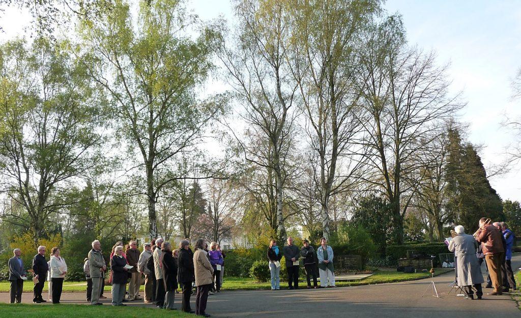 Teilnehmende und Bläserkreis an der Osterandacht 2009 auf dem Neuen Friedhof Gießen