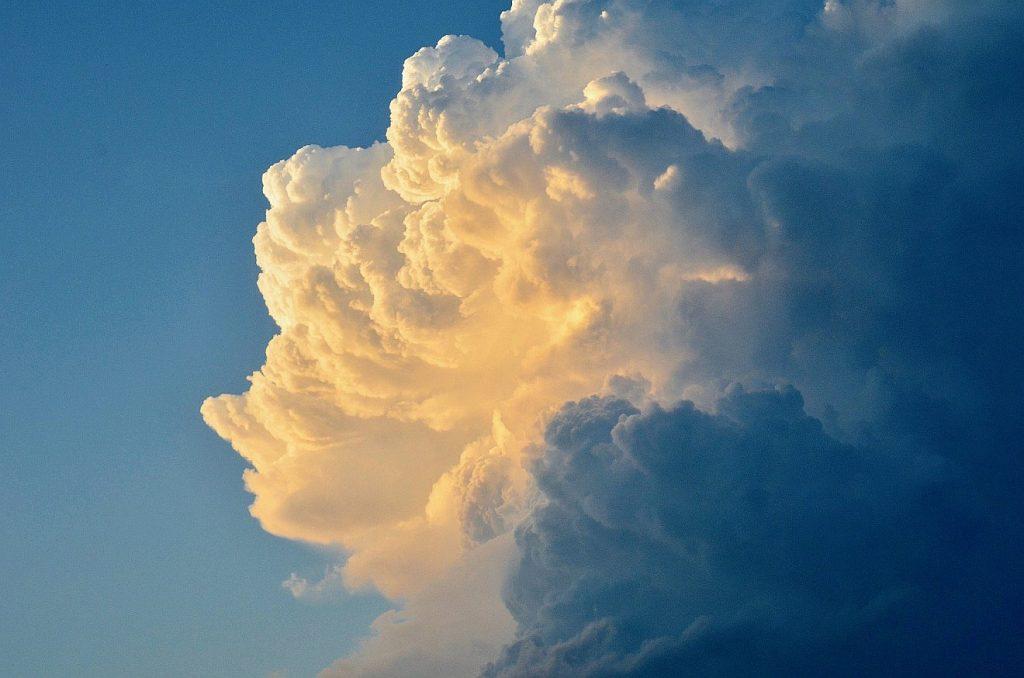 Wunderschöne hell-dunkle Wolke, hinter der die Sonne scheint