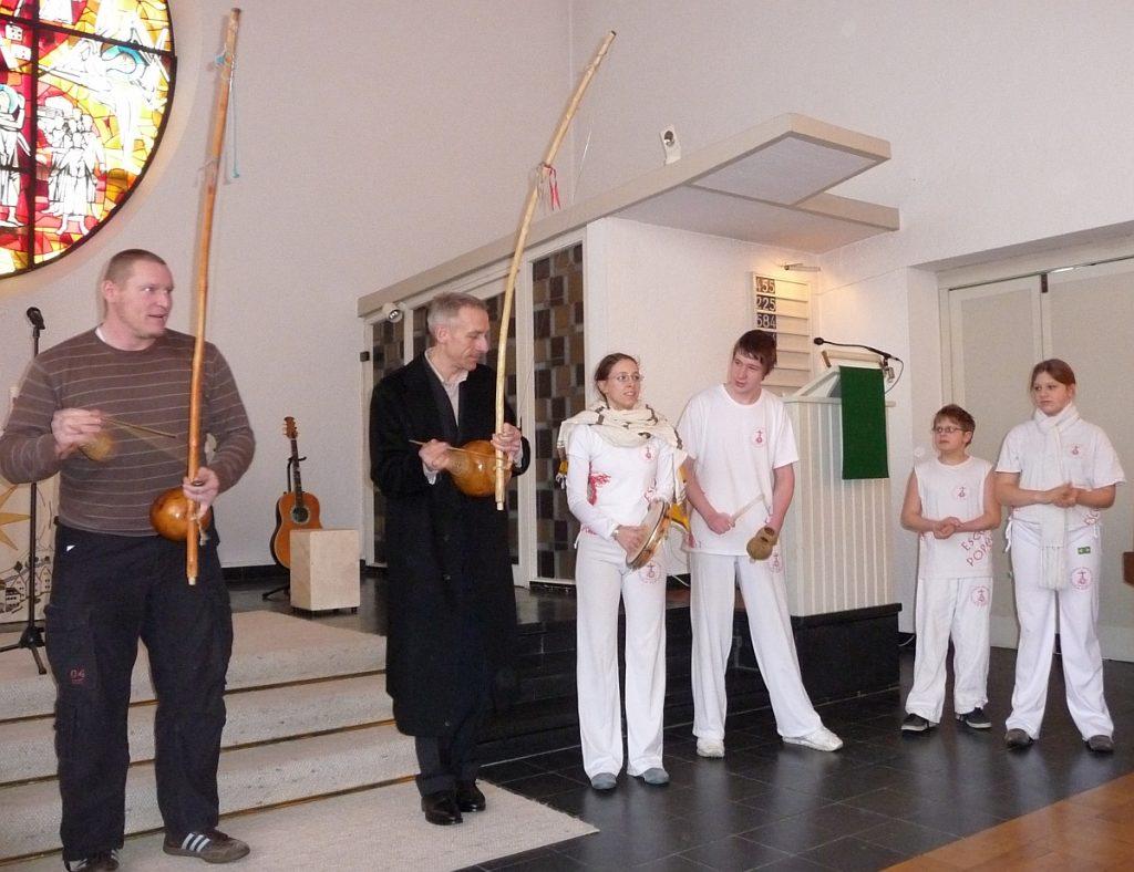 Mario Dirks und Pastor Jürgen Neumann in der Reihe der Capoeirista