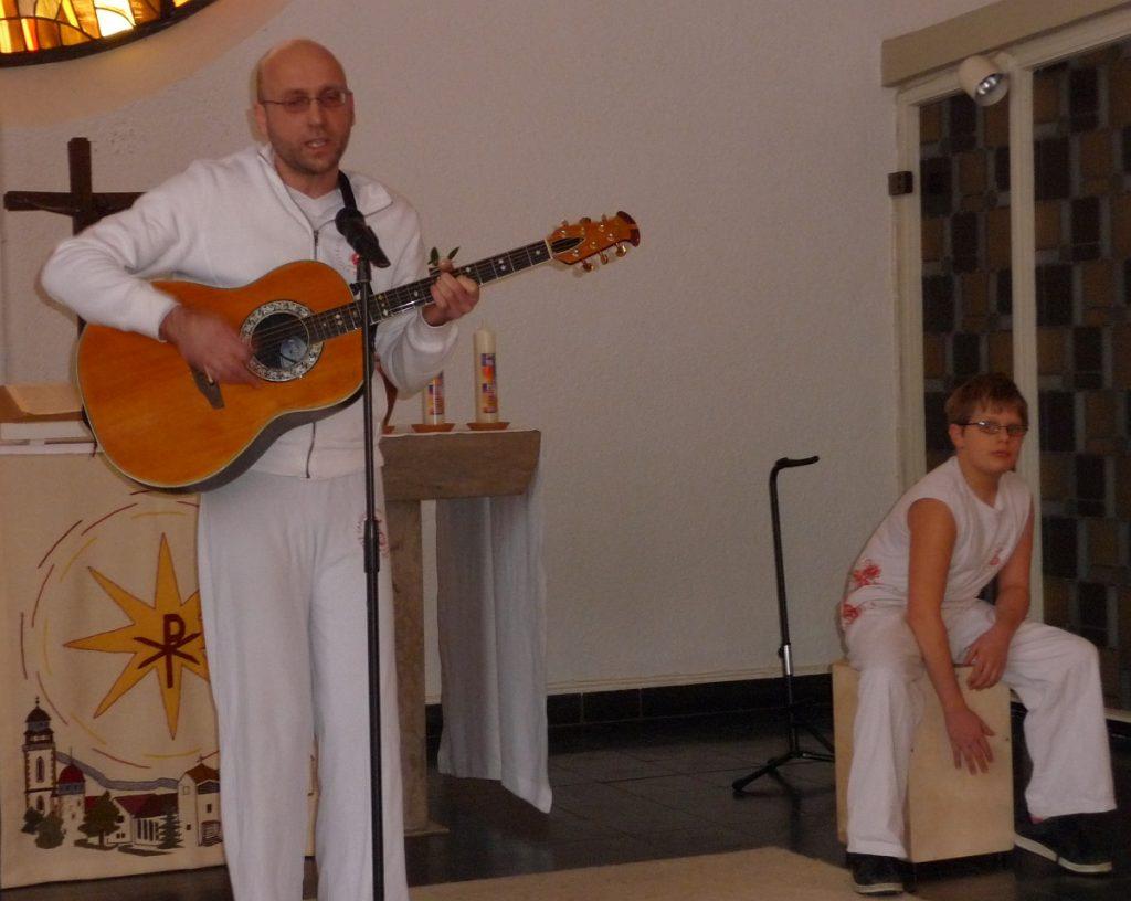 Heute begleitet Rolf Weinreich Lieder auf der Gitarre