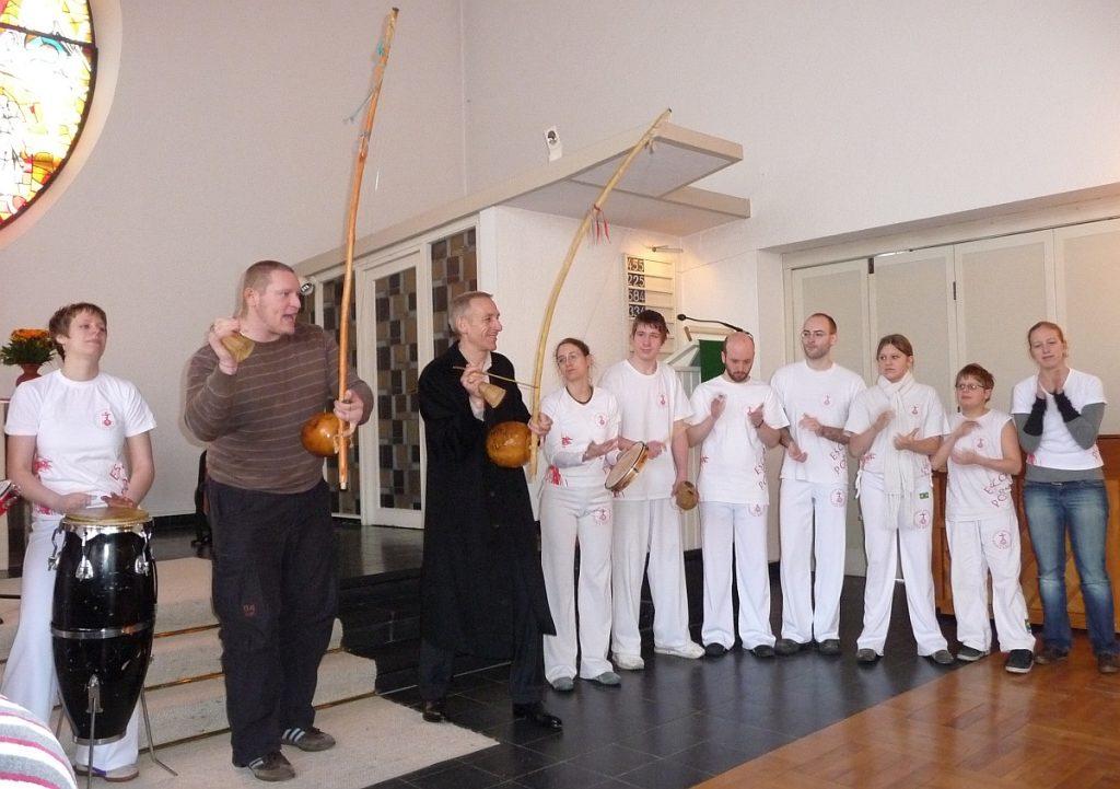Die Capoeira-Gruppe stellt sich zur Roda vor dem Altarraum auf