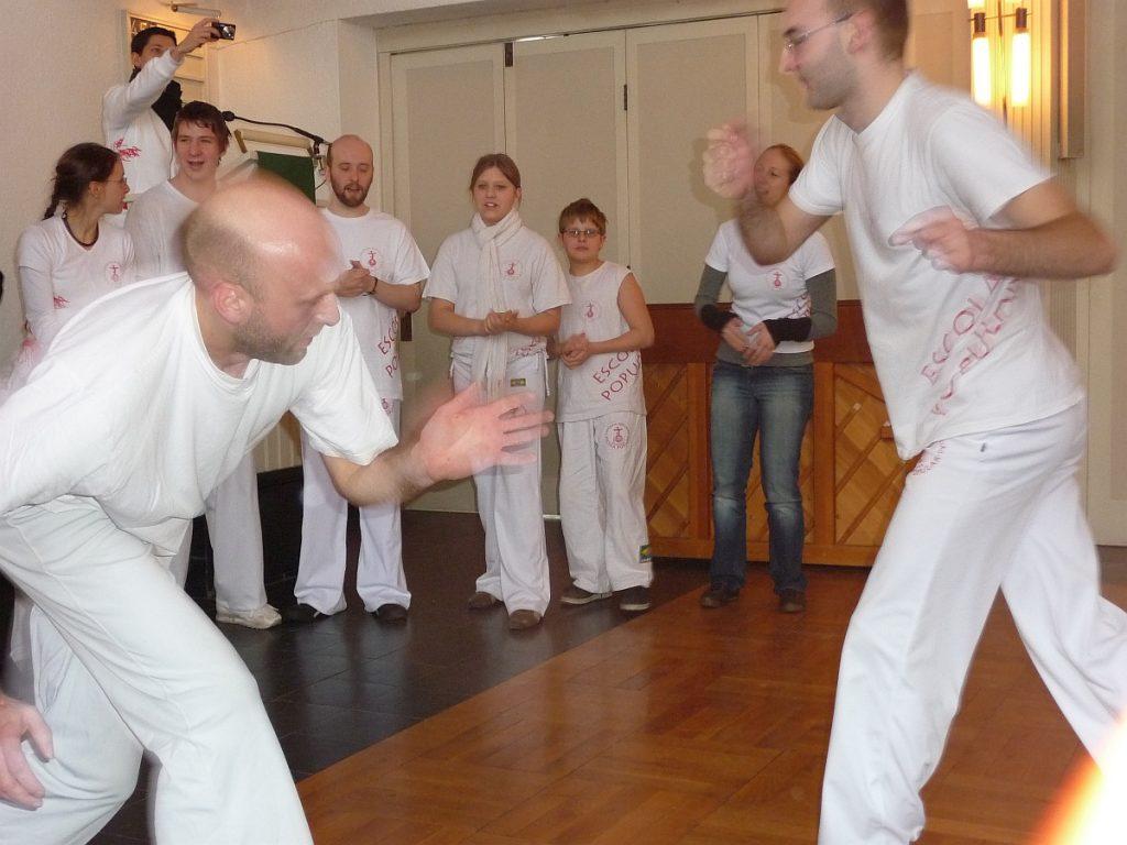 Zwei Männer spielen Capoeira