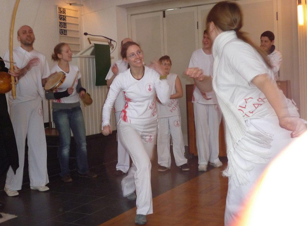 Eine Frau und ein Mann spielen Capoeira