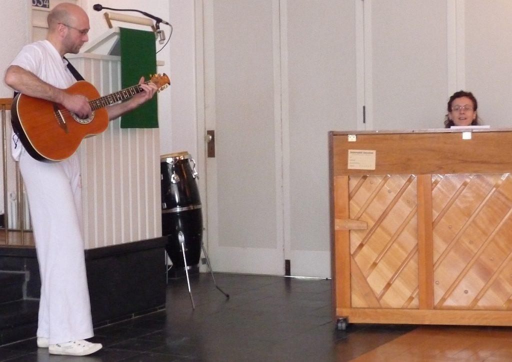 Rolf Weinreich spielt Gitarre, Grit Laux spielt Klavier