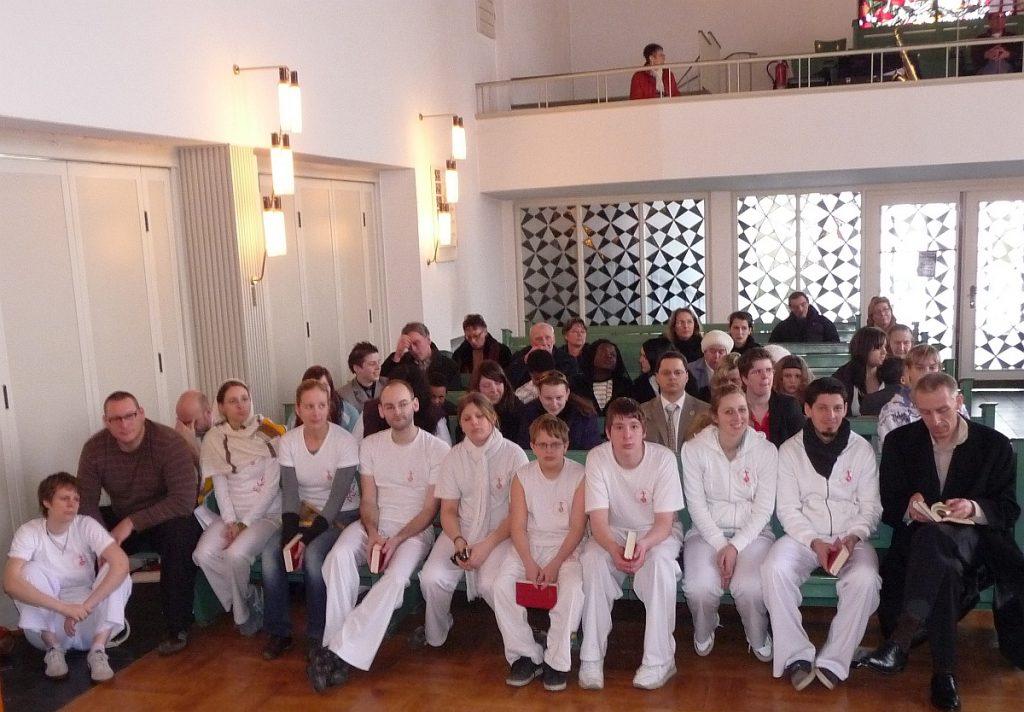 Die Capoeira-Gruppe in der ersten Reihe der Pauluskirche