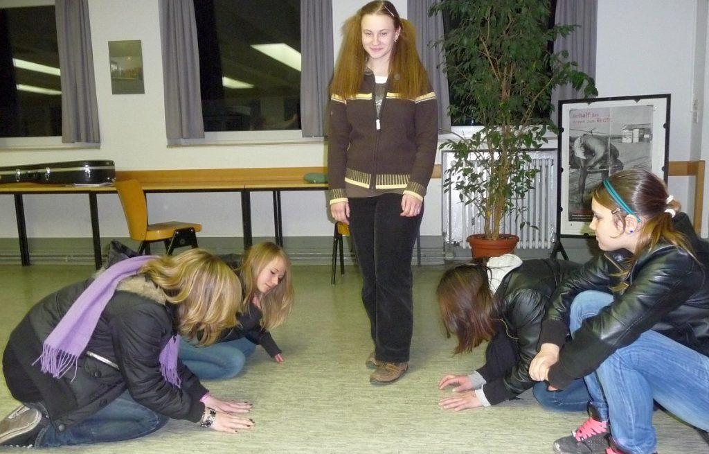 Menschen werfen sich vor Jesus auf den Boden