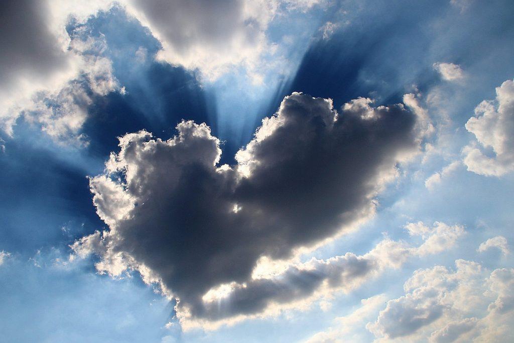 Eine Wolke in der Form eines Herzens verbirgt die Sonne