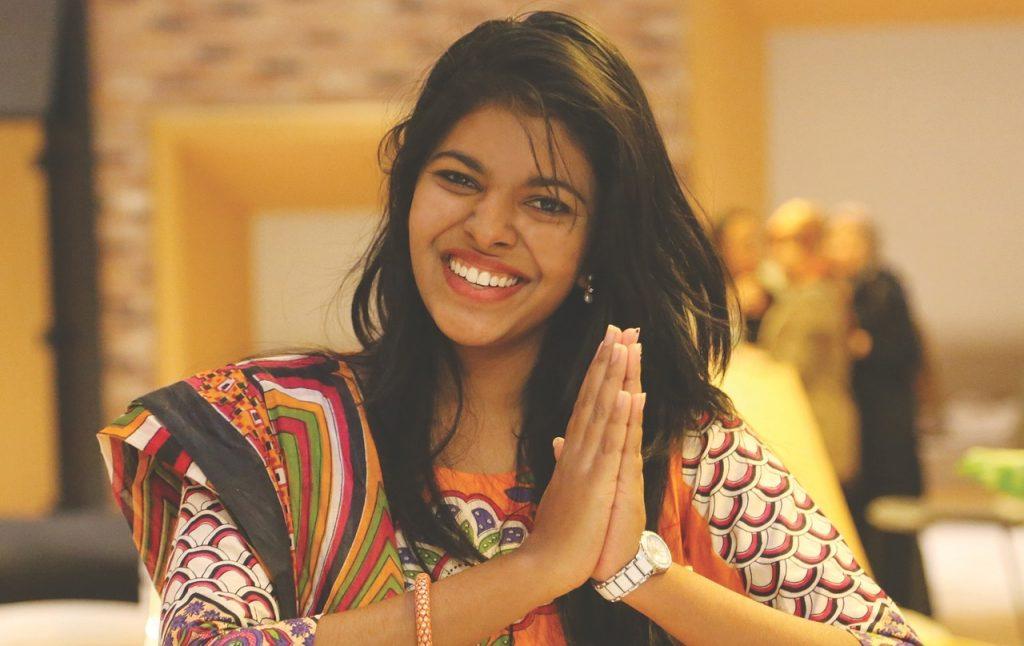 Eine junge Frau legt die Hände zusammen zum Zeichen der Dankbarkeit