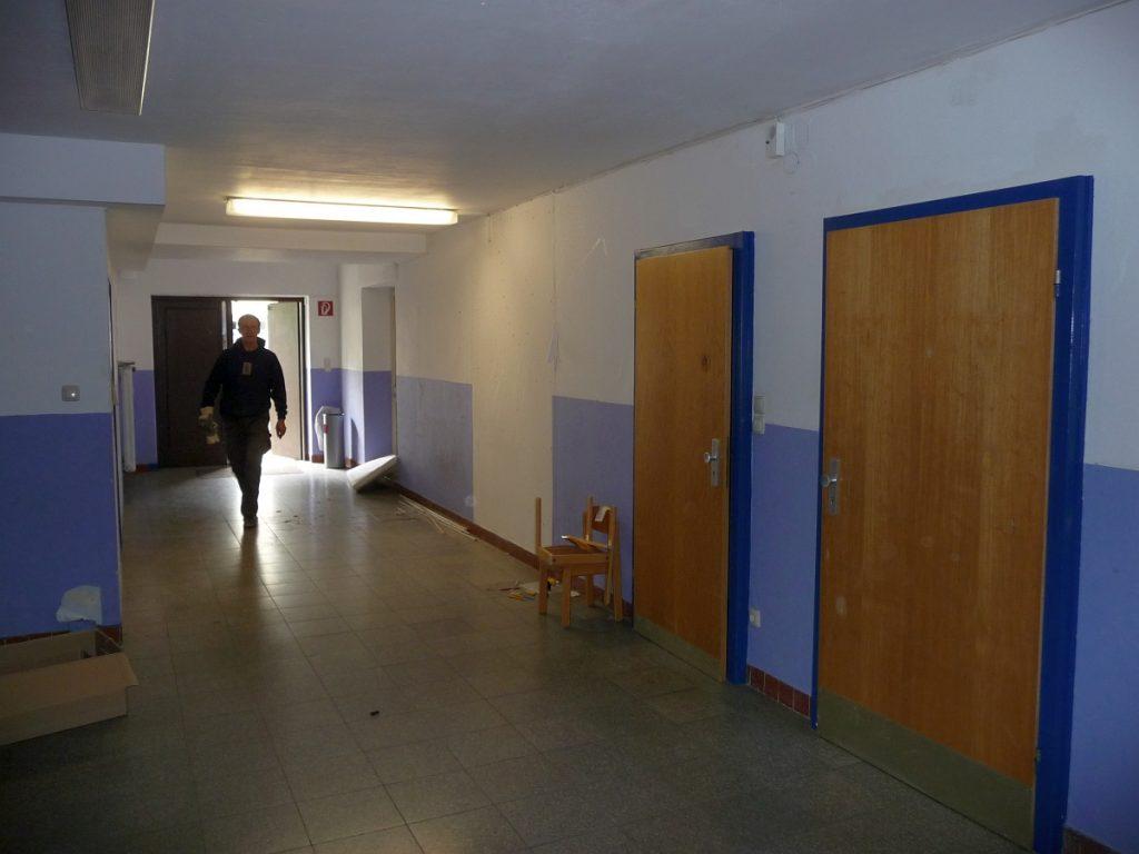 Der Zugang zum ehemaligen Jugendbereich neben dem Holzraum