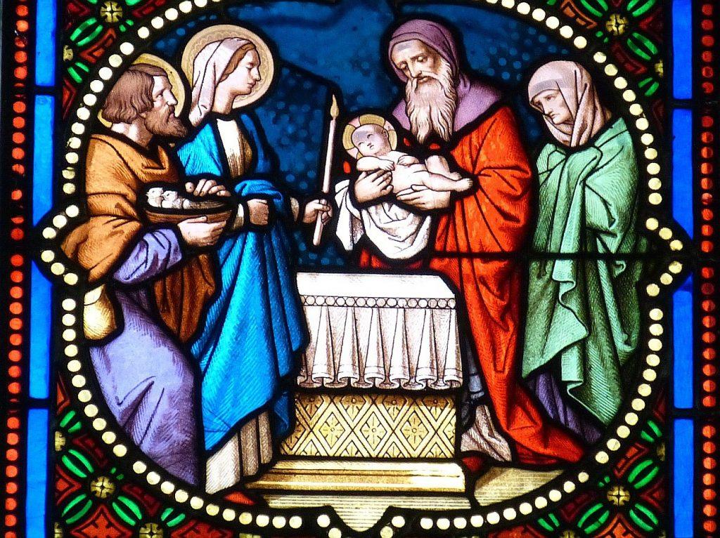 Mariä Lichtmess: ein Kirchenfenster stellt dar, wie Maria und Josef im Tempel in Gegenwart der Propheten Simeon und Hanna das Fest der Darbringung Jesu feiern